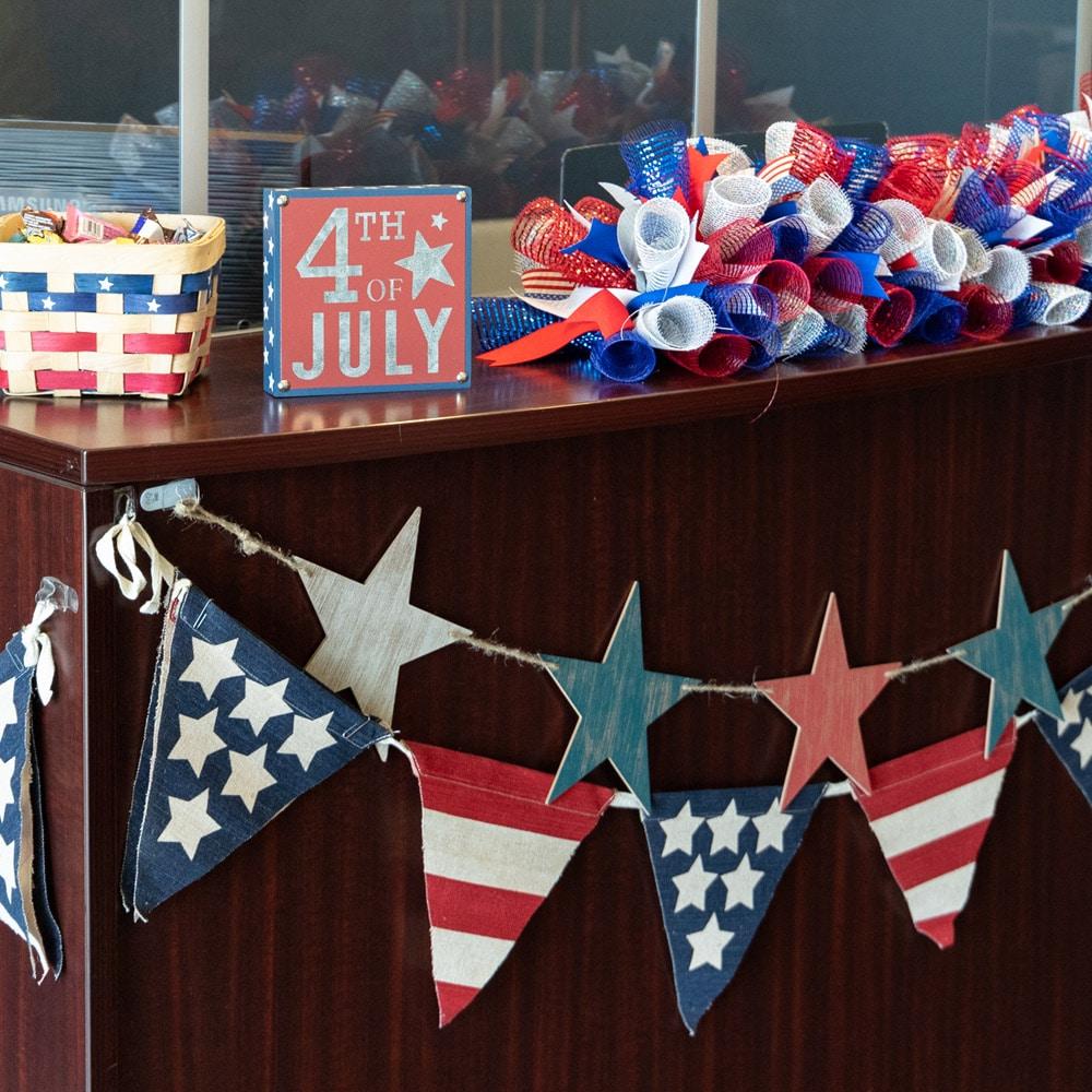 pasillo de malla deco que se muestra junto a las decoraciones del 4 de julio