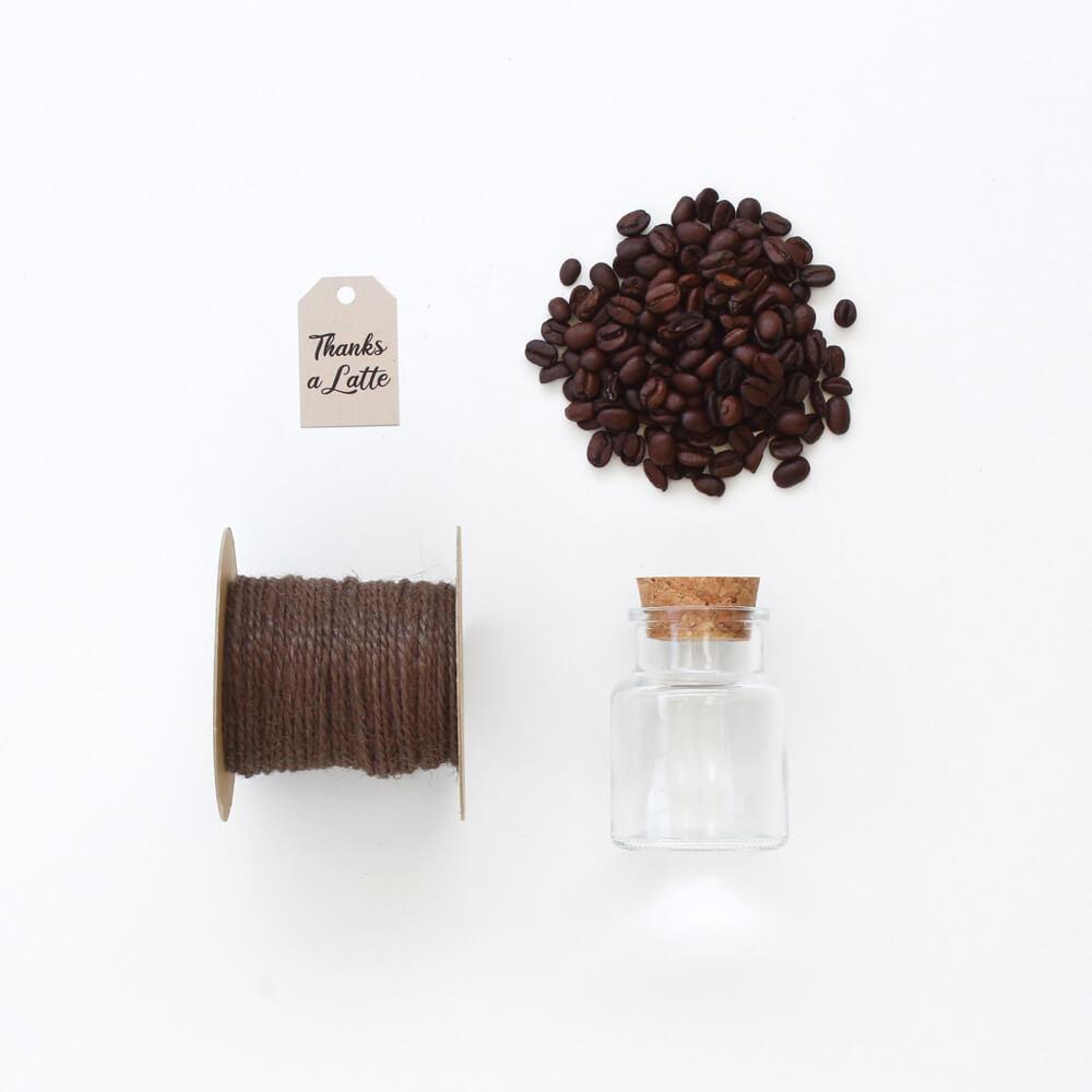 diseño plano de favor de café con jarra, cordón de yute, posos de café y etiqueta