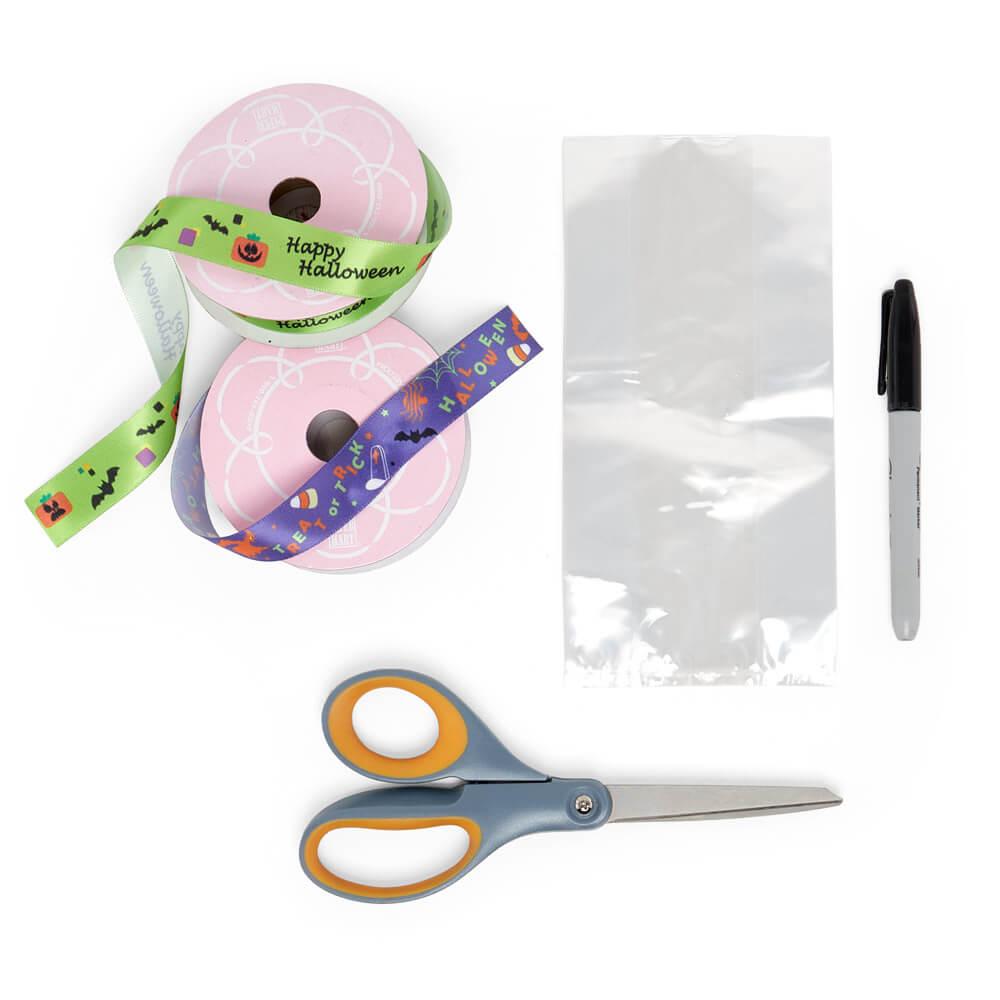 configuración plana de suministros para manualidades de papel, cintas de raso, tijeras y bolsa de violonchelo con refuerzo transparente