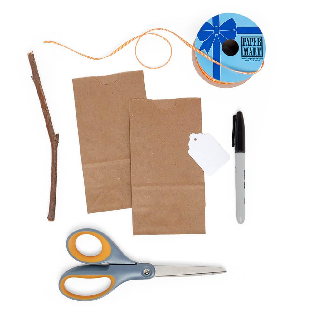 stock de artesanía plana de dos bolsas de papel kraft, una etiqueta de mercancía blanca y una cinta de papel estrecha para el mercado