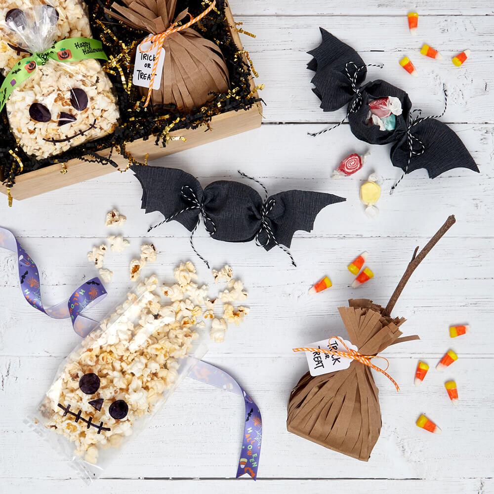 Arreglo plano de bolsas de golosinas de Halloween de bricolaje